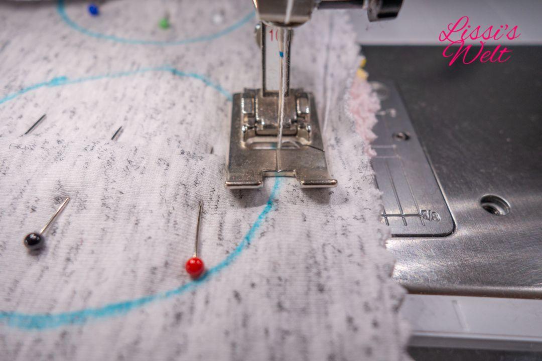 Mit Nähmaschine auf vorgezeichneter Linie nähen