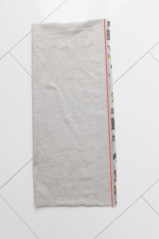 graues Stoffstück rechts auf rechts gelegt
