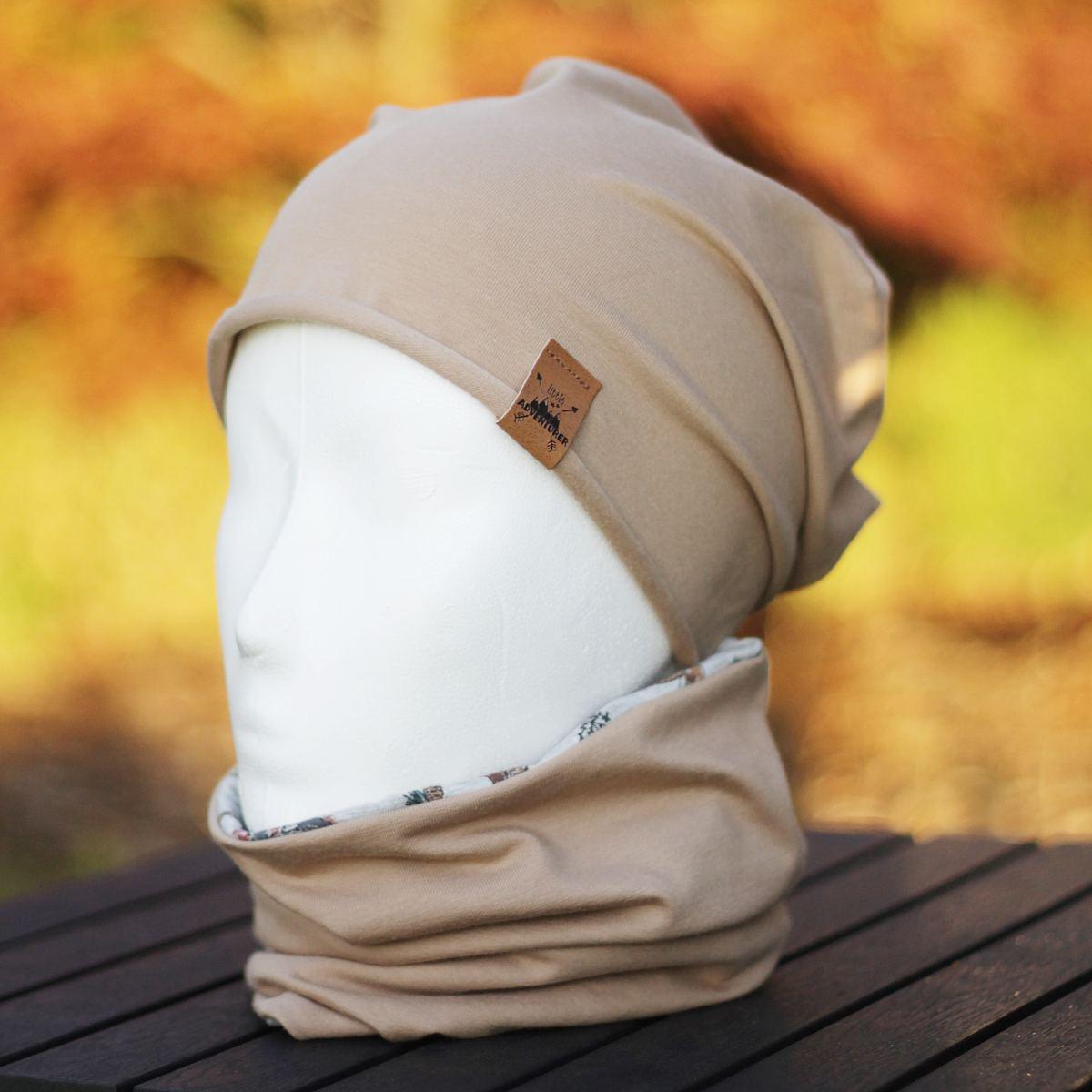 Beanie-Mütze kombiniert mit Schlauchschal in beige